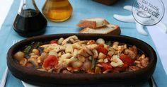 Arpacık soğan ve tereyağının lezzet verdiği fileto levrekten hazırlanan levrek kavurma tarifinin pişirme işlemi güveçte tamamlandığından oldukça lezzetli.