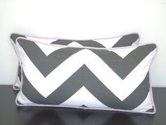 Gris coussins/couverture de chevron, la couverture de la chevron lombaire 21 x 11, gris et Lilas throw oreiller, housse de coussin zigzag avec tuyauterie