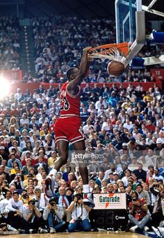 Fotografia de notícias : Michael Jordan of the Chicago Bulls dunks the...