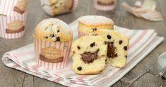 I muffin con gocce di cioccolato e Nutella sono sofficissimi e tanto golosi, pronti in pochi minuti, la Nutella non affonda e rimane morbida e cremosa!