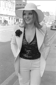 Mary Austin Freddie Mercury, Queen Freddie Mercury, John Deacon, Save The Queen, Queen Mary, Iconic Women, Rock And Roll, Idol, Female