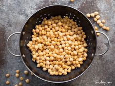 How to Soak & Cook Chickpeas. Learn how to prepare garbanzo beans for use in recipes. Includes storage and freezing techniques. Recipe tutorial and step-by-step video Omelette Healthy, Dieta Dash, Cooking Garbanzo Beans, Fatty Fish, Heart Healthy Recipes, Healthy Foods, Lower Ldl Cholesterol, Food Items, Lentils