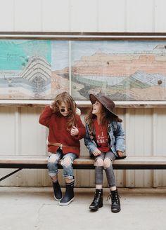 Pour imiter leur look grungy cool, on adopte un jean volontairement troués, une veste en denim ouverte sur un t-shirt à message et une capel...