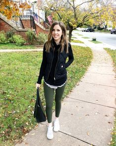 black vest striped shirt green pants (black boots instead) Athleisure Outfits, Sporty Outfits, Cute Outfits, Work Outfits, Leggings Outfit Fall, Green Leggings, Green Pants, Tourist Outfit, Olive Jeans