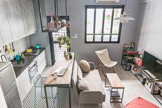 謐空間研究室的設計師洪采以開放式格局作為空間規劃,地坪材質的巧妙變化輕柔地替客餐廳做了微型分界;另一方面,淺色系家具和深色壁面、鐵件元素呈現鮮明對比,相互襯托都會摩登質感。