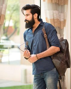 Continue reading for a number of the greatest full beard styles with round face it is possible to deploy. Or maybe you've got a beard and you would like to understand how to style it. The beard is permitted to grow to the jawline. Trending Hairstyles For Men, Mens Hairstyles With Beard, Haircuts For Men, Long Beard Styles, Beard Styles For Men, Hair And Beard Styles, Barba Grande, Beard Haircut, Beard Look