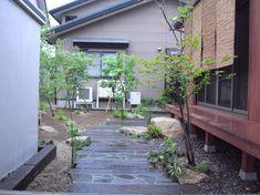 雑木と和モダンなアプローチが素敵な趣きのある庭 新発田市T様邸