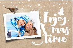 Enkele winterse foto kerstkaart. Met fotokader, trendy kraft look, plakband, spetters, sneeuw vlokken, sterren en handgeschreven brush tekst. De kaart is geheel naar eigen invulling aan te passen.