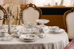 An overview of the Herend fine china services. Use this site to discover the variations of Herend fine china decors. Did not find a design? Wedding Gifts, Wedding Ideas, Beautiful Table Settings, Timeless Wedding, Fine China, Serveware, Tablescapes, Centerpieces, Porcelain