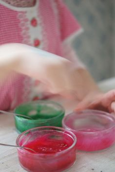 """Tehtiin lasten kanssa ystävänpäiväkorttejaitsetehdyillä sormiväreillä maalaten. Lapset nauttiihurjasti,kun pääsee joskus""""suttaamaan"""" luvan kanssa ja oikein kunnolla! Nämä sormivärit voi tehdäkaapista löytyvillä materiaaleilla. Lopputulos on myrkytön, joten pienempienkin taiteilijoidenvoi antaa maalatasormiväreillä rauhassa."""