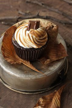 s'mores cupcake - graham cracker chocolate and toasted marshmallow. I need to get myself a kitchen torch ;D