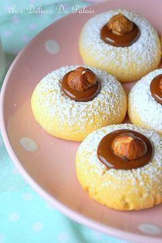 Gâteaux secs fondants à la maïzena Gâteaux secs fondants à la maïzena, saupoudrés de sucre glace, fourrés de chocolat au pralinoise fondu et garnis de…