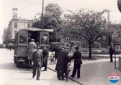 Arnhem: Een noodbus die na de oorlog dienst deed als openbaar vervoer bij de Steenstraat in 1945