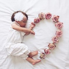 😍 Cute 😘❤️ Baby Love – jennifer Newborn baby photo shoot idea for a baby girl: Use flowers to create a heart. Newborn Baby Photos, Newborn Shoot, Newborn Pictures, Baby Girl Photos, Mommy And Baby Pictures, New Baby Photos, Monthly Baby Photos, Funny Baby Pictures, Baby Newborn