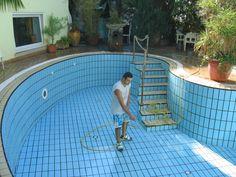 Antonio alle prese con la pulizia della piscina...