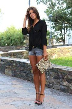 Look de moda: Blusa de Botones Negra, Pantalones Cortos Vaqueros Grises, Sandalias de Tacón de Cuero Negras, Cartera Sobre de Lentejuelas Dorada