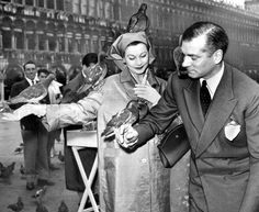 Vivien Leigh & Laurence Olivier in Venice Golden Age Of Hollywood, Old Hollywood, British Actresses, Actors & Actresses, Hollywood Couples, Actors Male, Gary Cooper, Vivien Leigh, Hard To Love