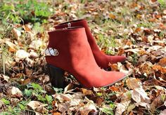 High-end, sophisticated Carrano Brazilian shoes for the modern woman. Beautiful Shoes, Burnt Orange, Fashion Boots, Peep Toe, Booty, Glamour, Stylish, Heels, Women