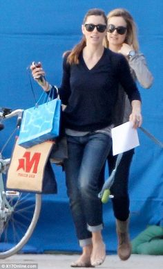 Do you see what I see? Jessica Biel with her Intraceuticals Bag!