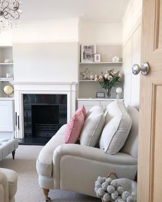♡ F r i d a y ♡ I haven't posted all week as MrB and I have been enjoying … - Home Dekor Pink Living Room, Small Living Rooms, Cream Living Rooms, Cosy Living Room, Home And Living, Living Room Diy, Living Room Designs, Home Living Room, Victorian Living Room