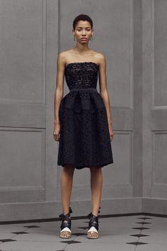 Défilé Balenciaga croisière 2016, robe bustier noire, cheveux courts