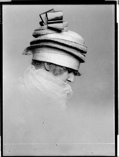 "design-is-fine: ""Madame d'Ora, photography of a Wiener Werkstätte hat, Austrian National Library. Via europeana "" 20s Fashion, Fashion History, Vintage Fashion, Vintage Outfits, Vintage Hats, Jeanne Lanvin, Molyneux, Pierrot Clown, Jean Patou"