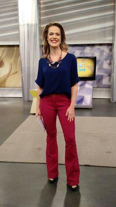 Regiane Tápias veste blusa e calça Lofty Style, sandália Via Marte e colar Lelux.