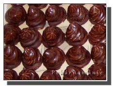 Nugetové (Nutellové) špičky – PEKÁRNOMÁNIE Gingerbread Cookies, Almond, Desserts, Food, Gingerbread Cupcakes, Tailgate Desserts, Deserts, Essen, Almond Joy