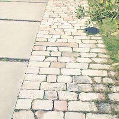 女性で、のアプローチ/アンティークレンガ/玄関/入り口についてのインテリア実例を紹介。「まっすぐなアンティークレンガの道がお気に入り♩」(この写真は 2014-05-08 23:44:51 に共有されました)