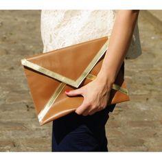 POCHETTE BOBBY & LUISA modèle José Pochette enveloppe en cuir caramel.