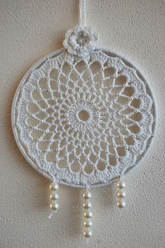 This Pin was discovered by Mer Dream Catcher Mandala, Dream Catcher Craft, Dream Catcher Boho, Crochet Mandala Pattern, Crochet Motifs, Crochet Doilies, Dreamcatcher Design, Crochet Dreamcatcher, Beginner Knitting Patterns