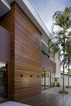 Puun ja rappauksen yhdistelmä, tasakatto, näyttävä rakennus