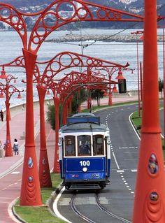 El tranvía recorría el Paseo Marítimo, iluminado por originales faroles de inspiración modernista.