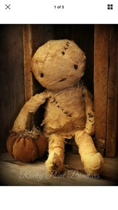 As scary as our Mummy Doll might want to be, it is too beautifully made and perfect for your spooky displays to be truly frightening! Primitive Halloween Decor, Country Halloween, Primitive Autumn, Primitive Crafts, Halloween Crafts, Happy Halloween, Halloween Decorations, Halloween Ideas, Owl Cat
