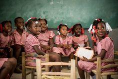 Schülerinnen einer Heilsarmee-Schule in Afrika. Weltweit betreibt die Heilsarmee 2.769 Schulen, in denen sie 594.229 Schüler unterrichtet und mehr als 18.500 Lehrer beschäftigt (Stand 09/2014).