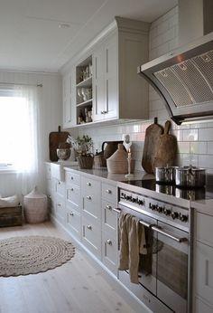 Kitchen Inspiration // KnorkanThe Perfect Scandinavian Style Home Scandinavian Cottage, Scandinavian Style Home, Scandinavian Interior, Cozy Kitchen, Country Kitchen, Grey Kitchens, Home Kitchens, New England Kitchen, Beddinge