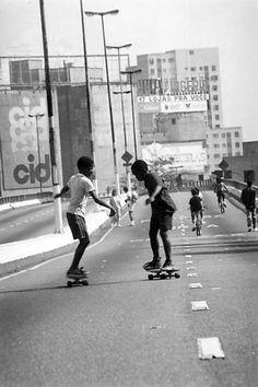 Os primos Orlando e Luis Gomes aproveitam a interdição do Elevado Costa e Silva (Minhocão) para andar de skate, em 1990.