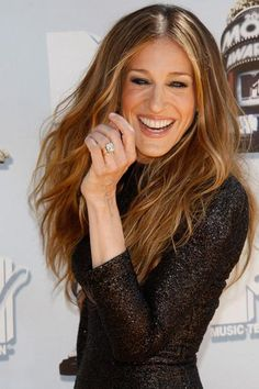 Check out pictures of actress Sarah Jessica Parker hair and hairstyles. Sarah Jessica Parker is a style icon known for her role as Carrie Bradshaw in Sex and the City. Find tips on styling your hair like Sarah Jessica Parker here. Sarah Jessica Parker Haare, Medium Hair Styles, Long Hair Styles, Hair Medium, Celebrity Engagement Rings, Solitaire Engagement, Engagement Celebration, How To Apply Eyeshadow, Eyeshadow Tips