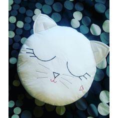 Okrągła poduszka - kot. Szyta ręcznie, z dbałością o detale. Poduszki mogą się nieco różnić między sobą. Wykonana z bawełny, wypełniona kulką silikonową. Całość można prać w 30 stoniach. Wymiary poduszki: średnica 30 cm, wysokość 8cm