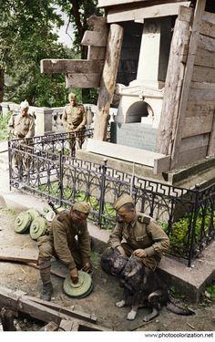 Саперы разминируют могилу Пушкина. 30 июля 1944 года