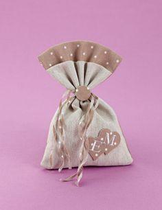www.mpomponieres.gr Μπομπονιέρα γάμου λινό πουγκί σε αποχρώσεις του μπεζ με πουά λεπτομέρειες, δεμένο με λινά κορδελάκια 3mm που διακοσμείται με διπλή καρδιά πουά μπεζ, η οποία έχει κεντημένα μονογράμματα. #mpomponieres #bombonieres #gamou #gamos #bonbonieres #μπομπονιερες #γαμου #γαμος #wedding http://www.mpomponieres.gr/mpomponieres-gamou/bomboniera-gamou-dixromo-pougki-lino-me-mpez-poua.html