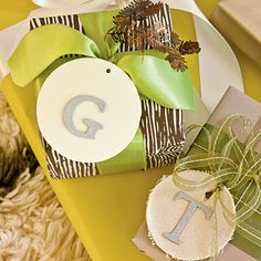 Handmake Gift Tags | Customize gift tags easily with glued-on cardboard letters. They work both on fabric and paper circles.