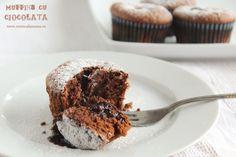 """Lucru de toata lumea stiut, ciocolata are darul de a elibera endorfinele, acele substante care se pare ca tin de """"chimia"""" fericirii. Asadar, intr-o zi mohorata, cand ne simtim obositi si fara chef sau cand nu ne-a mers prea grozav, un desert cu ciocolata ne va face sa ne simtim mai bine, iar aceste muffins […] Fun Desserts, Allrecipes, Easy Meals, Food And Drink, Cooking Recipes, Cupcakes, Sweets, Breakfast, Interior"""