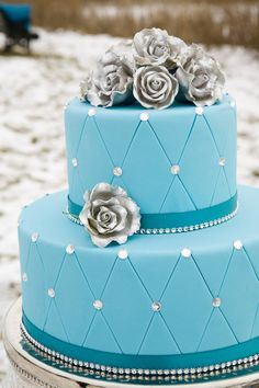 Gorgeous turquoise wedding cake by www.pinklemonbakeshop.com #WinterWedding  Photo: www.brockphoto.ca  Wedding Planner: www.traceymevents.ca