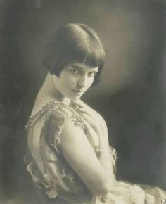 Portrait of a very young Louise Brooks Louise Brooks, Belle Epoque, Hollywood Glamour, Classic Hollywood, Old Hollywood, Hollywood Icons, Kansas, Silent Film Stars, Movie Stars