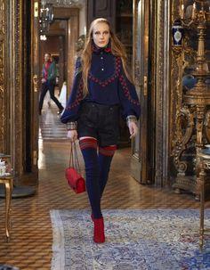 DÉFILÉ CHANEL MÉTIERS D'ART PRÉ-COLLECTION AUTOMNE 2015 http://www.elle.fr/Mode/Les-defiles-de-mode/Pre-collection-automne-2015/Femme/Salzbourg/Chanel/Chanel-Metiers-d-art-2866130