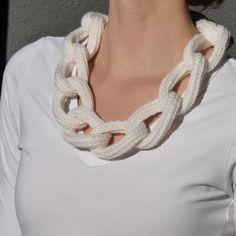 Diese gehäkelte Kette Halskette ist ein schickes Accessoire zu Ihrem Outfit. Es besteht aus 75 % Schurwolle und 25 % Acryl, es ist sehr weich, leicht und warm (kein Scherz :)).  Die Halskette ist schalten Köpfe und Ihr Outfit lustig machen und einzigartig.  -------  Ich versuche meine Artikel so genau wie möglich beschreiben. Allerdings variieren die Farben aufgrund von Unterschieden bei Computermonitoren und Kamera-Projektionen.