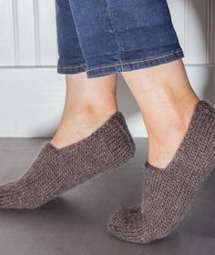 Chunky Slipper Socks, free pattern using Rowan Cocoon – Churchmouse Yarns & TeasSlipper socks are one of our favorite quick knits. This Chunky Slipper Socks FREE Knitting Pattern is quick and cozy. Knit Slippers Free Pattern, Crochet Socks, Knitted Slippers, Slipper Socks, Knitting Socks, Free Knitting, Knit Crochet, Knitting Patterns, Bunny Slippers