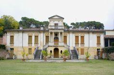"""La """"Vigna Contarena"""" di Este, cinquecentesca residenza autunnale dei Contarini, custodisce un prezioso giardino segreto e una ricca decorazione ad affresco settecentesca che caratterizza le stanze principali e la facciata....>"""