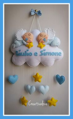 Fiocco nascita per gemellini. Nuvoletta con angioletti, cuori e stelle realizzati in pannolenci. Baby Crafts, Felt Crafts, Diy And Crafts, Crafts For Kids, Nursery Bunting, Baby Nursery Decor, Pillow Crafts, Felt Wreath, Felt Mobile